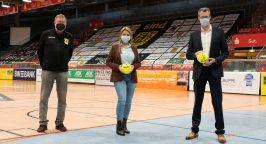 Geschäftsführer Andreas Weber (rechts) und Niederlassungsleiterin Joanna Mainka (Mitte) von der Weber Gruppe in einer Sporthalle in Hagen.