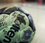Ein vollgeharzter Ball am Boden einer Sporthalle